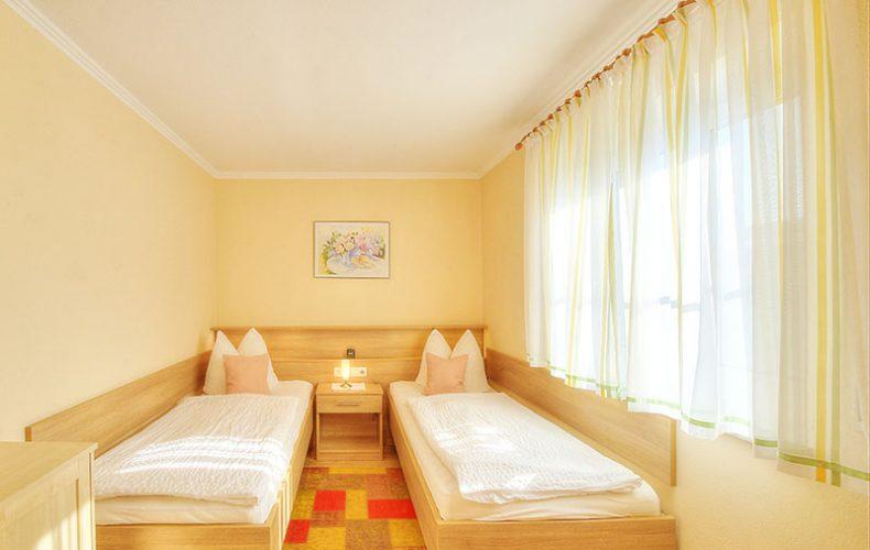 Schlafzimmer der Ferienwohnung mit Gartenblick