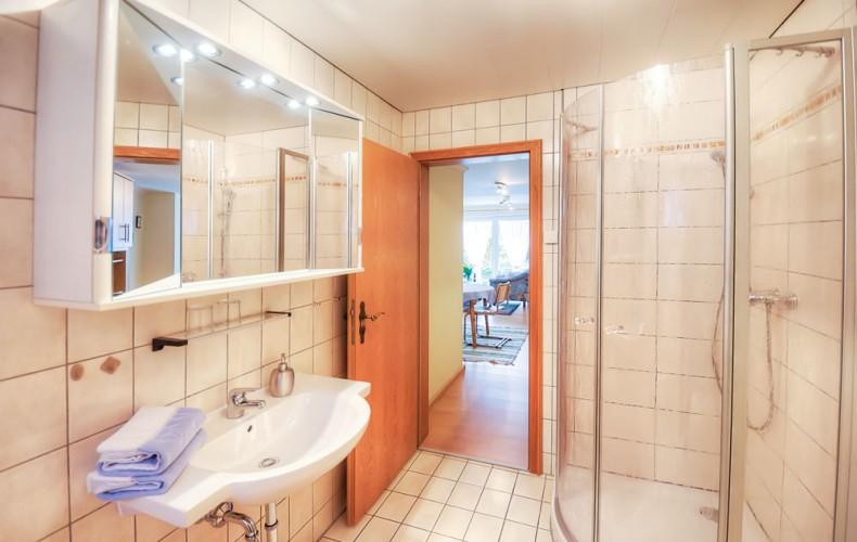 Badezimmer in der Ferienwohnung mit Gartenblick