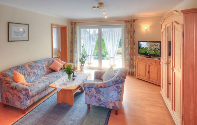 Wohnzimmer der Ferienwohnung mit Gartenblick